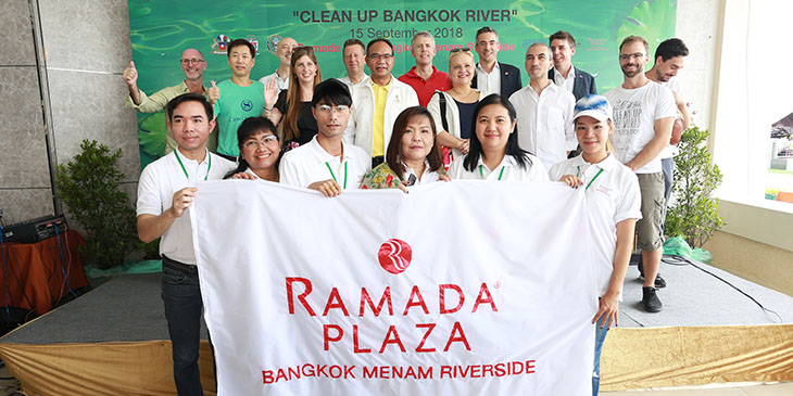 Volunteer on Clean Up Bangkok River